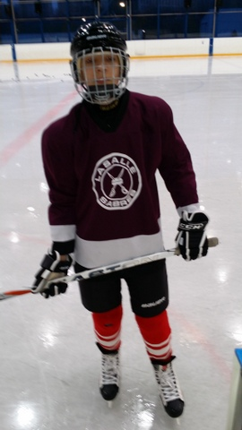 Tristan en tenue de hockey